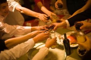 """「お・も・て・な・し」で男子を誘惑! 今年の流行語から学ぶ女子の""""酔っ払い作法""""4選"""