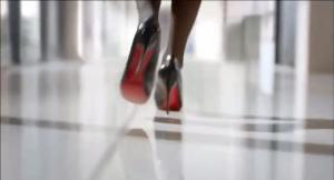 廊下を颯爽と歩く女性