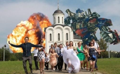 巨大化した新郎、パンをノドに突き刺す新婦… ロシア人の奇妙なウェディングフォトが話題