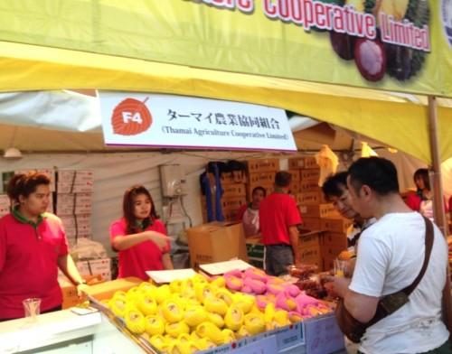 マンゴーやマンゴスチンなどのフルーツも販売