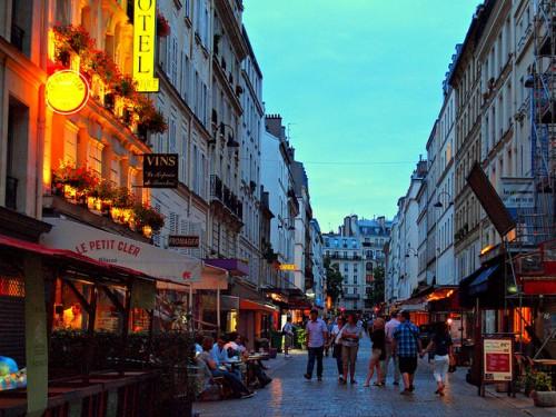 酔った男性の路上ハラスメントにNO! パリの女性被害者が飲み屋での嫌がらせに抗議デモ