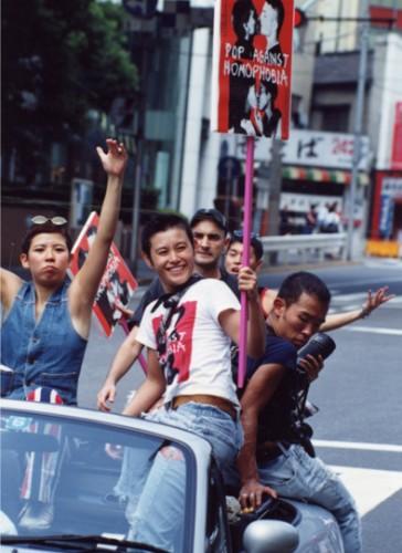 1994年日本初のレズビアン&ゲイパレードに参加した時の写真。当時ロンドンから輸入してたTシャツのスローガン「POP AGAINST HOMOPHOBIA」を掲げて。