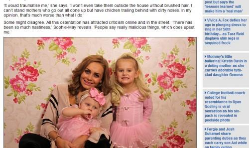 幼い娘を着せ替え人形にする母親に物議