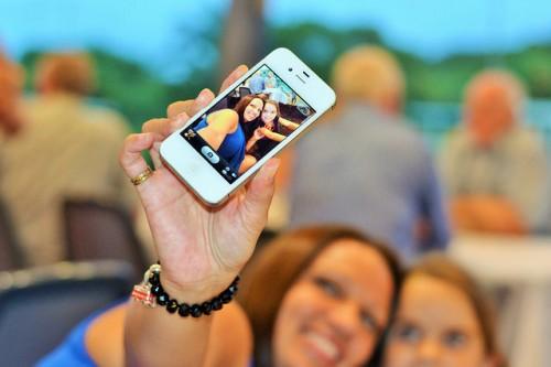 """セルフィーブラシに自撮り棒! iPhone用""""自撮りアイテム""""はアラサー女子に受け入れられるのか?"""