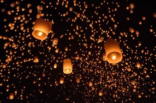 """夜空に漂う""""熱気球""""は息をのむほど幻想的! タイの「美し過ぎる祭り」の影響で100便以上のフライトがキャンセルに"""