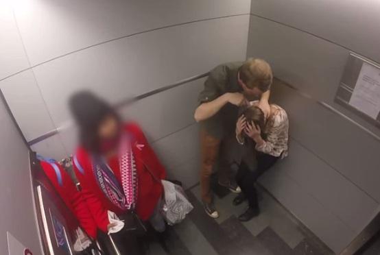 エレベーター内で男女の喧嘩が始まったらどうする? 53人中、仲裁に入ったのは・・・(実験動画)