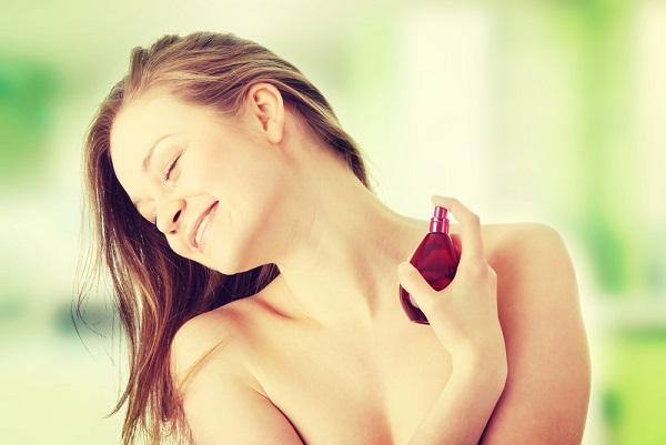 香水を「手首につける」は間違い! 意外と知らない正しい香水の付け方