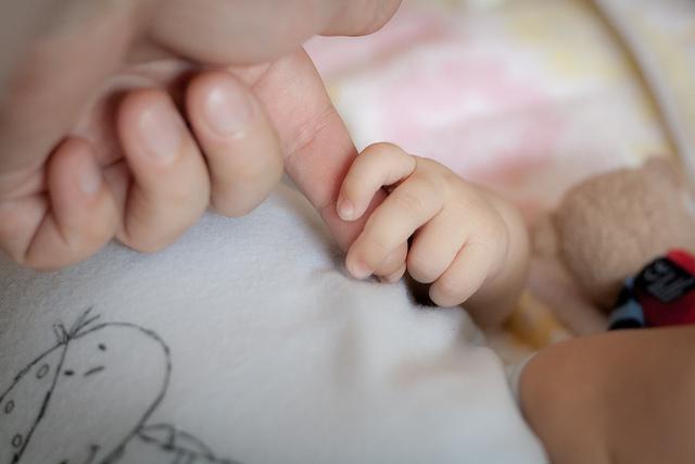 なぜ少子化対策がうまくいかないのか? 日本の出生数が2014年過去最低になった理由を考える