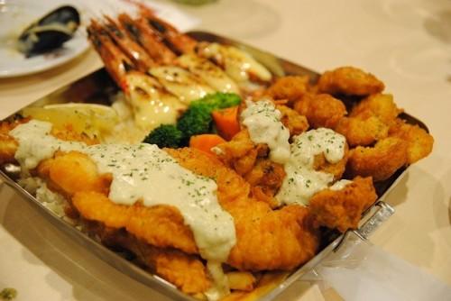 豪快なシーフード料理が目玉 日本初上陸の世界的チェーンで「ハラルフード」を堪能してきた