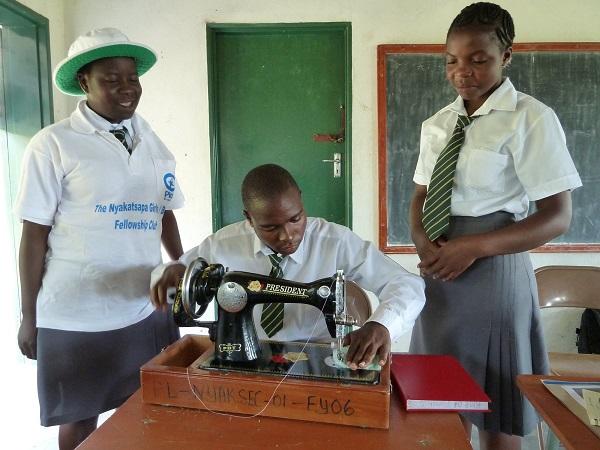 少女のために生理用ナプキンを作る少年 国際NGOが見た、社会の若き変革者たち