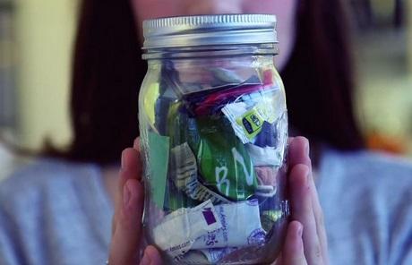 2年間に出したゴミはわずかビン1本分 ゴミゼロ生活を行うイギリス女性が話題
