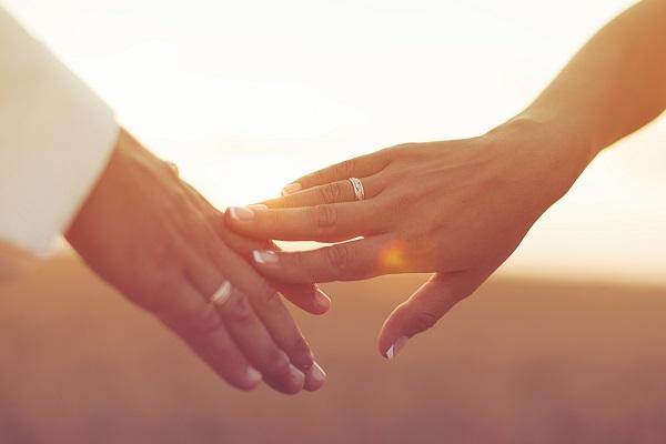 結婚して夫を愛せなくなったら別れる? 6割以上が「あきらめる」と回答