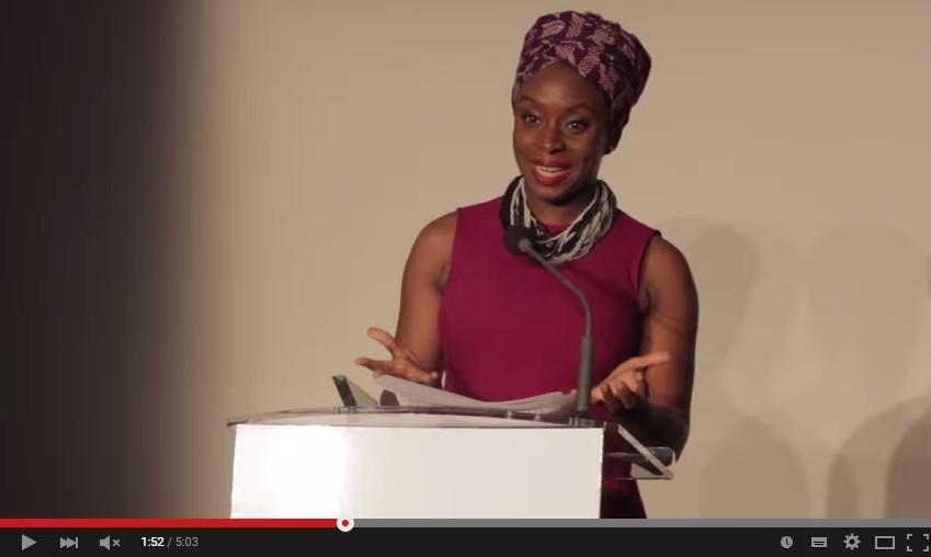 「人から好かれようとするのはやめなさい」 ナイジェリアの著名作家のスピーチに称賛の嵐