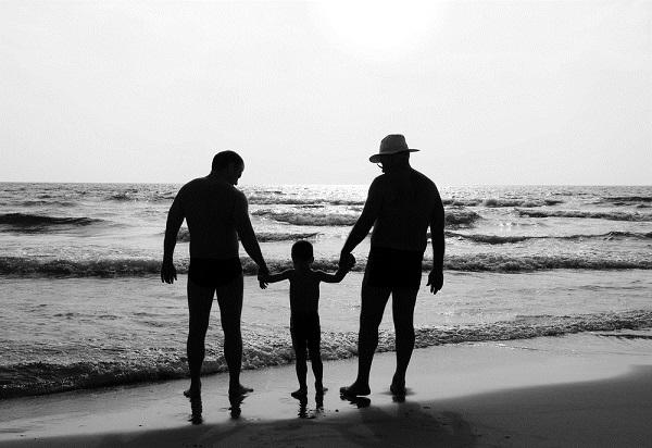 「同性婚の子どもだけど、なんか質問ある?」 2人の父親に育てられた青年のQ&Aが話題