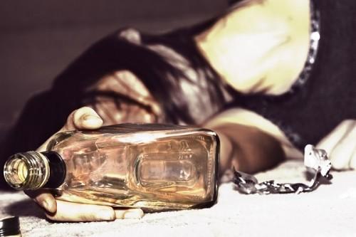 空港で40度のお酒を一気飲みして搭乗拒否 彼女が泥酔せざるを得なかった驚きの理由とは
