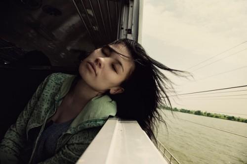 「ずっと夏休みみたい」列車で生活する女子大生が話題