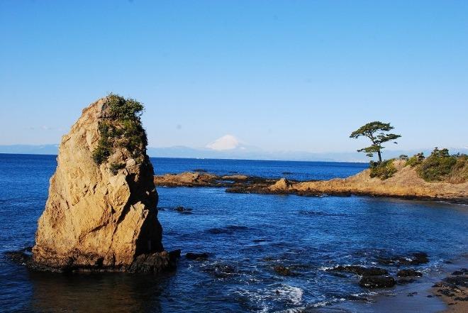 海岸に突き出ている奇岩「秋谷の立石」。自然の海岸線が美しい景色を作り出しています。(ホテルから車で約30分)