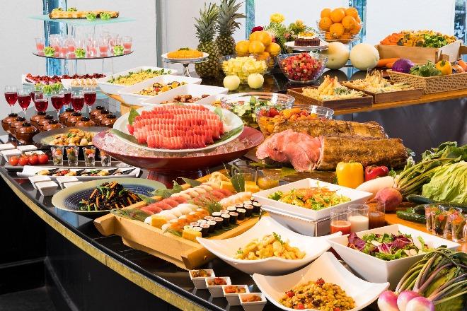 三崎港から直送されたマグロの刺身をはじめとする海の幸、こだわりの三浦野菜など、旬の味覚が楽しめるディナーバイキング