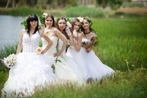 式に花嫁姿の女性を招いたゲイカップル