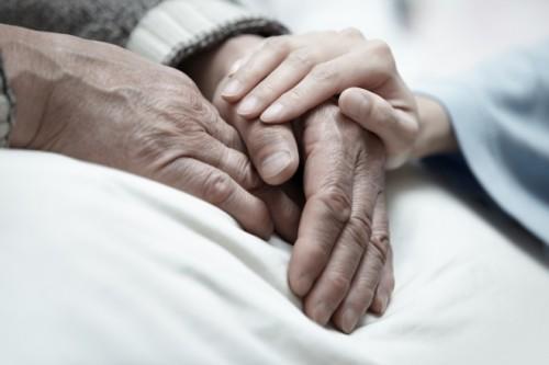 女性と介護の深刻な問題 年間約10万人が介護を理由に離職、学生が祖父母を介護の例も