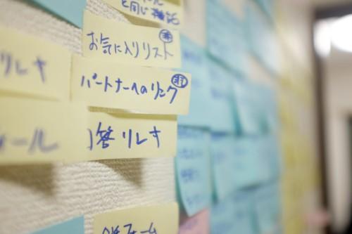 アイディアが書かれたポストイットで埋め尽くされている壁は、ベンチャーの熱気を感じる