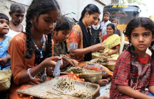 女の子だとわかると中絶、性産業に売られる…インド貧困層の女性を待ち受ける現実