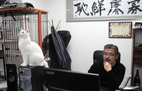 ダイゴロウ専務と仕事中の齋藤社長:写真提供:前田悟志