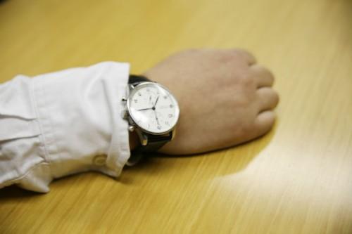 当時購入した時計。動かない右手につけられている