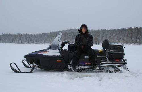 スウェーデン氷の湖で釣り