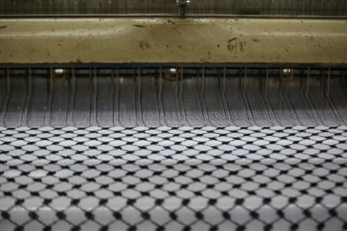 日本製の織機と織られていく生地