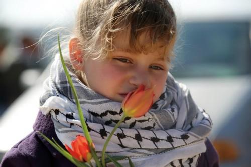 ラスト・カフィーヤをまとったパレスチナの少女
