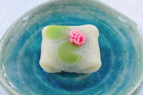 夏らしさ感じる睡蓮の和菓子 「花の位置」に職人の技が光る