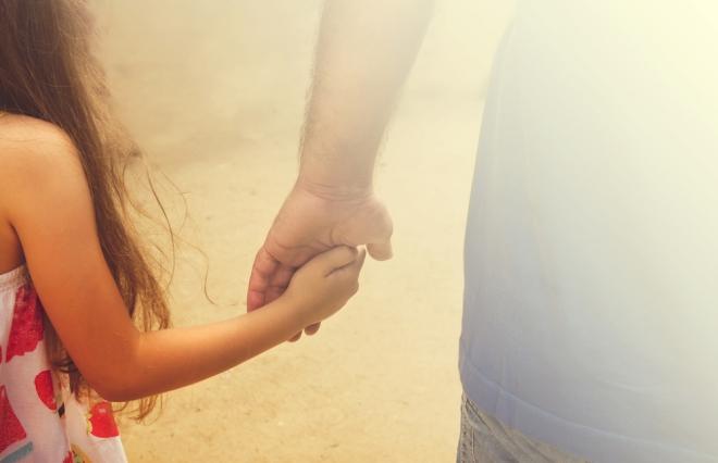 父親から愛されなかった欠落感から、不倫を続けてしまう彼女【ナミエ33歳】