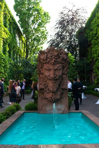 バッカス像のもとに続々と集まるワイン・ジャーナリストたち