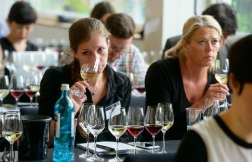 テースティングする世界のワイン・ジャーナリストたち