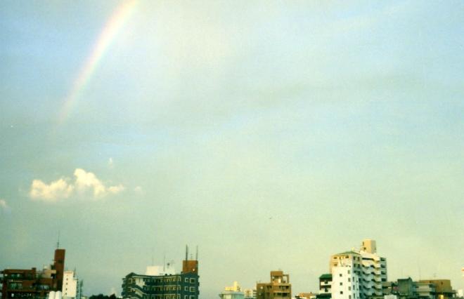 雨上がりに見た沖縄の虹 「あの日」の記憶が胸にしみるひとり旅