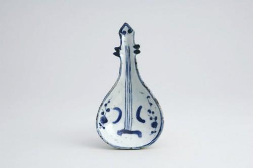 染付琵琶形向付/中国(17世紀前半)/石洞美術館所蔵/石洞美術館「古染付 このくにのひとのあこがれ かのくにのひとのねがい」展より