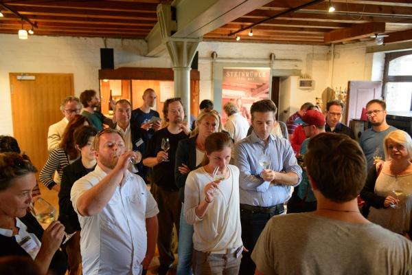 造り手を囲んでテイスティングするワイン・ジャーナリストたち