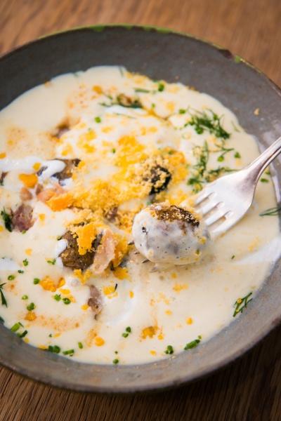 干した卵黄がアクセントのポタージュ