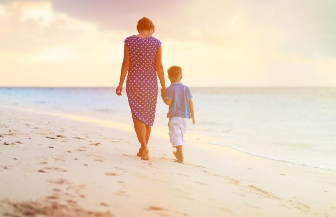なぜ、息子の罪を母が、夫の罪を妻が謝まるの? 高畑淳子の謝罪会見から感じる社会の重圧