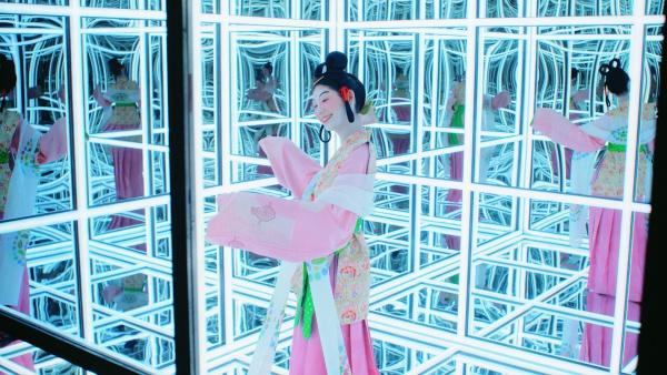 奈良時代の女性。薬師寺の「吉祥天女」や正倉院の「鳥毛立女屏風」をイメージしたそう。