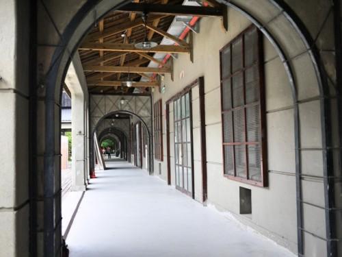 倉庫の前の回廊
