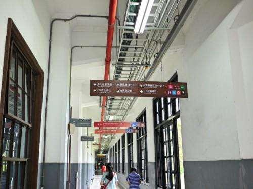 工場の長い長い廊下。サインはもとの建物のよさを損なわずに。