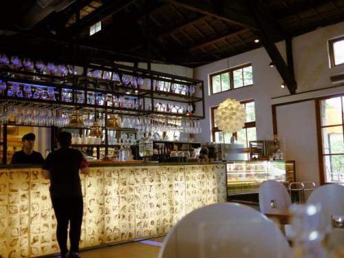 敷地内のカフェ「LIULI CAFÉ」。湿気の高い台湾の夏も、美しいガラスで涼やか。