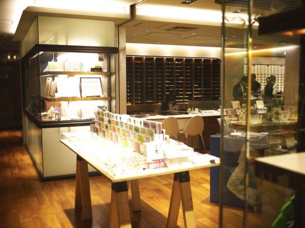 伊勢丹新宿店本館5階プリントスタジオ。50種類以上の様々な色・質感の紙が並んでいます。
