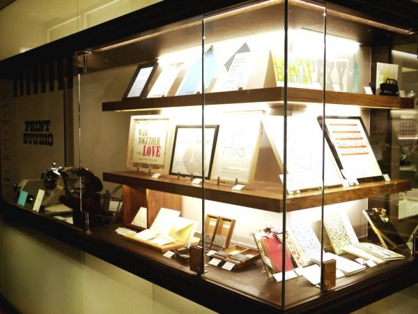 スタジオには、小型活版印刷機や活版印刷で制作されたアート作品の展示も。