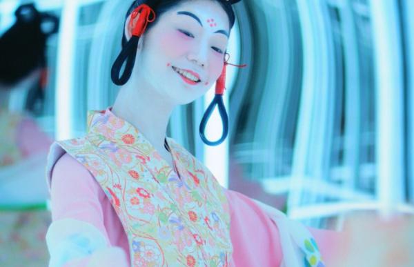 奈良時代の女性。額の不思議な紋様は花鈿(かでん)と呼ばれるピンポイントメイク。