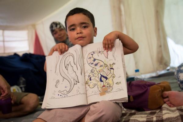 ギリシャの島々には多くの難民キャンプがありますが、雨が降れば水浸し、夏は耐えられない暑さが襲います。全身を蚊に刺されたり、時にはヘビも出るなど、とても厳しい環境です。それでも子どもたちは必死で生きています。© Amnesty International (Photo: Richard Burton)