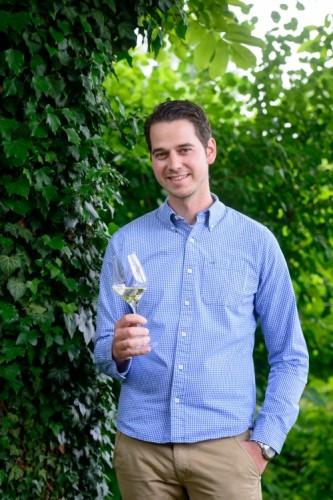 ワインを持つ男性