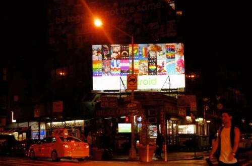 クレジットグリニッジ・ヴィレッジに立つandroidの広告とレインボーフラッグ